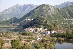 Virpazar by på Skadar sjön, Montenegro Arkivbilder