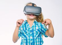 Virtueel onderwijs voor scholier Krijg virtuele ervaring Virtueel Werkelijkheidsconcept Het jonge geitje onderzoekt moderne techn stock foto's