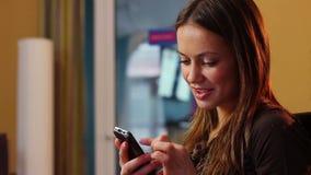 Virtuele flirt jonge aantrekkelijke dame die mobiel telefoonbericht verzenden stock footage