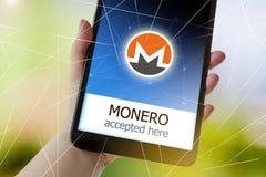 Virtuele geldcryptocurrency op het smartphonescherm in een hand stock foto's