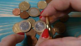 Virtuele Internet-cryptocurrency wereldwijd en digitaal betalingssysteem De vrouwelijke hand roteert symbool van bitcoin met ving stock footage