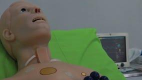 Virtuele medische trainers, simulators, sporen, ledenpoppen en robots stock footage