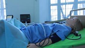 Virtuele medische trainers, simulators, sporen, ledenpoppen en robots stock video