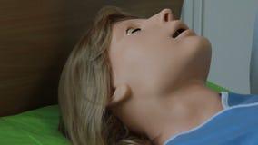 Virtuele medische trainers, simulators, sporen, ledenpoppen en robots stock videobeelden