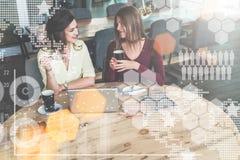 Virtuele pictogrammen, grafieken, grafieken en diagrammen op voorgrond Meisjes die, winkelen, die online leren blogging Brainstor Stock Fotografie