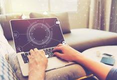 Virtuele Pictogrammen met persoon die laptop computer met behulp van Royalty-vrije Stock Foto