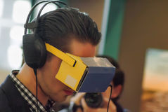 Virtuele werkelijkheid met digitale hoofdtelefoon Stock Foto