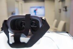 Virtuele werkelijkheidsbeschermende brillen op de lijst bij het huis Op de achtergrond van de ruimte Stock Afbeelding
