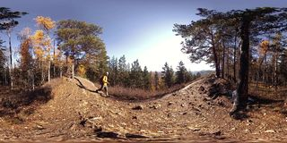 virtuell verklighet för 4K 360 VR av en härlig bergplats på hösttiden Lösa ryska berg och turist- man stock video