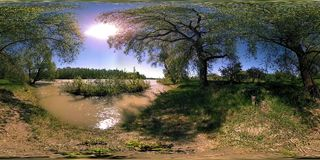 Virtuell verklighet för UHD 4K 360 VR av en flod flödar vaggar över i härligt bergskoglandskap arkivfilmer