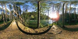 Virtuell verklighet för UHD 4K 360 VR av en flod flödar vaggar över i härligt bergskoglandskap lager videofilmer