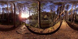 Virtuell verklighet för UHD 4K 360 VR av en flod flödar vaggar över i härligt bergskoglandskap stock video