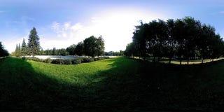Virtuell verklighet för UHD 4K 360 VR av en stad parkerar rekreationsområde Träd och grönt gräs på höst- eller sommardagen stock video