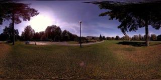 Virtuell verklighet för UHD 4K 360 VR av en stad parkerar rekreationsområde Träd och grönt gräs på höst- eller sommardagen arkivfilmer