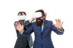 Virtuell verklighet partnerskap mogna m?n med sk?gget i dr?kt modern teknologi i l?ttr?rlig aff?r affärsmän bär VR royaltyfria foton