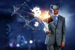 Virtuell verkligheterfarenhet framtida teknologier Blandat massmedia royaltyfria foton
