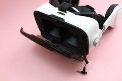 Virtuell verklighetexponeringsglas av vit f?rg p? en rosa bakgrund arkivfoto