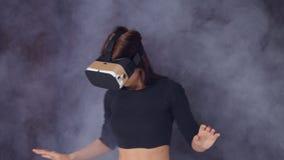 Virtuell verklighetexponeringsglas kommer med gyckel till en ung flicka stock video
