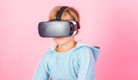 Virtuell verklighetframtidsteknologi Upptäck virtuell verklighet Bakgrund för rosa färger för exponeringsglas för vr för ungepojk royaltyfri foto