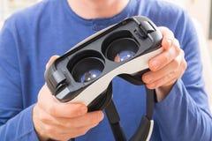 Virtuell verklighethörlurar med mikrofon Fotografering för Bildbyråer