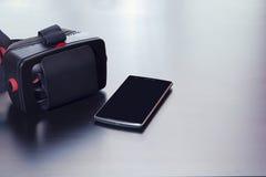 Virtuell verklighethörlurar med mikrofon för den smarta telefonen, isolerad skärm Royaltyfria Bilder