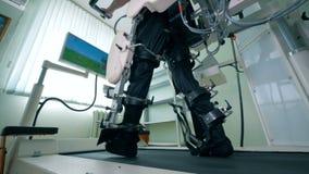 Virtuell verklighetsimulator för tålmodig rehab Den fysiskt utmanade mannen förstärker hans lägre kropp på gå stock video