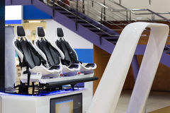 Virtuell verklighetteater med stol för flyttning 4D i modern underhållningmitt Arkivfoto