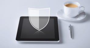 Virtuelle Antivirusprogrammikone über Tabletten-PC Lizenzfreie Stockbilder