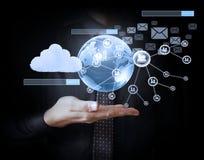 Virtuelle Ikone des Sozialen Netzes in der Hand halten Lizenzfreie Stockfotos
