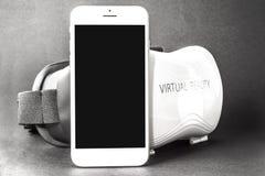VIRTUELLE REALITÄT - GLÄSER UND TELEFON VR Lizenzfreie Stockbilder