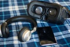 Virtuelle Realität, VR-helmetбsmartphone und Kopfhörer mit Grün lizenzfreie stockfotos