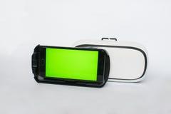 Virtuelle Realität, VR, Sturzhelm und Smartphone mit grünem Schirm für lizenzfreies stockbild