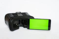 Virtuelle Realität, VR, Sturzhelm und Smartphone mit grünem Schirm für lizenzfreie stockbilder