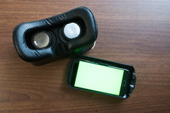 Virtuelle Realität, VR, Sturzhelm und Smartphone mit grünem Schirm für stockfotografie