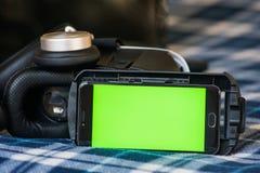 Virtuelle Realität, VR, Sturzhelm und Smartphone mit grünem Schirm für lizenzfreies stockfoto