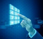 Virtueller Schirm der Geschäftsmannpresse Lizenzfreies Stockbild