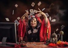 Virtueller Zigeunerhellseher, der herauf Karten wirft Lizenzfreie Stockfotos