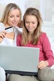 Virtuelles Einkaufen der Familie Lizenzfreie Stockbilder
