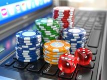 Virtuelles Kasino. Online spielend. Laptop mit Würfeln und Chips. stock abbildung