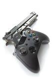Virtuelles und aus dem wirklichem Leben Konzept - Videospielprüfer mit wirklicher Pistole nahe ihr Lizenzfreie Stockfotos