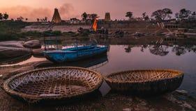 Virupaksha寺庙hampi在日落的印度karnakata与河和经典之作 库存图片