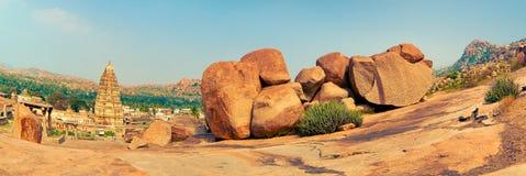 Virupaksha亨比寺庙和看法由与全天相镜头的Hemakuta小山做了 免版税库存图片