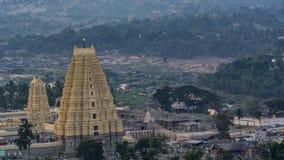 Virupaksha寺庙如被看见从Matunga小山在一个晚上 免版税库存图片