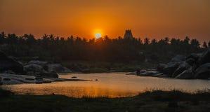 Virupaksha hampi ind Świątynny karnakata przy zmierzchem z rzeką jasną obraz stock