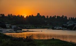 Virupaksha hampi ind Świątynny karnakata przy zmierzchem z rzeką kolorową fotografia royalty free