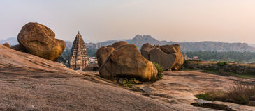 Virupaksha从Hemakuta小山的寺庙视图在日落在亨比 库存图片