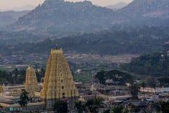 Virupaksha-Tempel mit dem Flusssteinhintergrund lizenzfreies stockfoto
