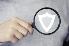 Virus de degré de sécurité de bouclier de loupe de loupe de recherche d'homme d'affaires Photographie stock libre de droits