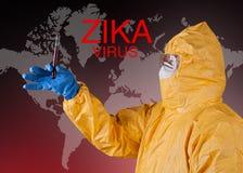 Virus de Zika, trabajador médico en ropa protectora Fotos de archivo