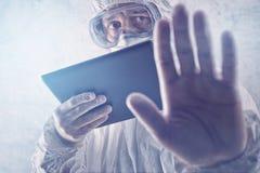 Virus di Reading About MERS dello scienziato medico su COM della compressa di Figital Immagine Stock Libera da Diritti